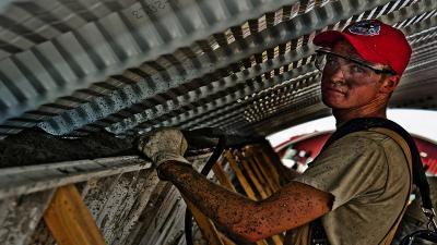 A fizikai dolgozókat teljesítmény-alapú juttatásokkal tudják megtartani a cégek
